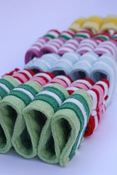 My new favorite felt food! Literally, all eye candy. Retro Christmas, Christmas Crafts, Christmas Decorations, Christmas Stuff, Felt Ornaments, Holiday Ornaments, Kids Ornament, Ribbon Candy, Penny Rugs
