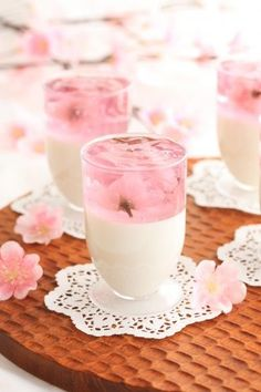 Easy dessert 簡単♬ Sakura cherry blossoms petals dance with apricot tofu 桜のひらひら杏仁豆腐 Japanese Sweets, Japanese Snacks, Japanese Wagashi, Japanese Drinks, Dessert Drinks, Dessert Recipes, Cute Food, Yummy Food, Coconut Dessert