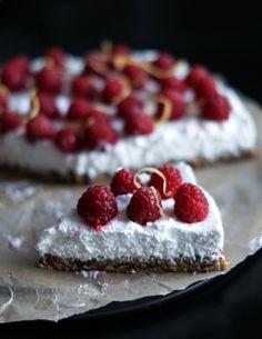 Vegan lemon mousse cake with almond crust and fresh raspberries (in Danish with translator)