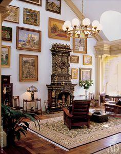 Главное украшение двусветной гостиной — изразцовый камин XIX века, привезенный из Риги.