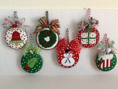 Christmas Party Centerpieces, Felt Christmas Decorations, Felt Christmas Ornaments, Christmas Gift Tags, Christmas Crafts, Quilted Ornaments, Cd Crafts, Ornament Crafts, Christmas Stage Design