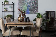 Deze beige fluwelen eetkamerstoelen zijn dé trend van het moment. Perfect voor een stijlvolle en chique look in je eetkamer.