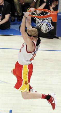 sale retailer a4704 e8ee4 Houston Rockets  Chase Budinger finishes a blindfolded dunk in honor of  former Phoenix Suns