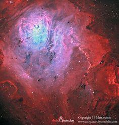 A Nebulosa Laguna é uma gigantesca nuvem interestelar na constelação de Sagitário. É considerada uma nebulosa de emissão, cujos gases ionizados emitem radiação principalmente no comprimento de onda na faixa da luz visível vermelha.