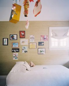 Lonny - Grass-cloth wallpaper decorated with children's artwork