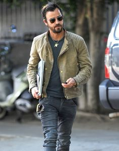 Justin Theroux heads out for lunch donning classic aviator-inspired shades.