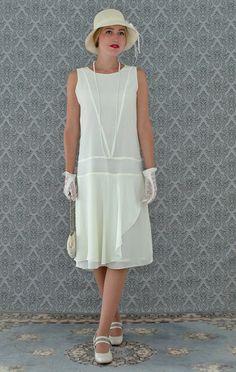 Eine einfache, aber elegante Party Kleid für Ihre nächste Veranstaltung der 1920er Jahre-Themen, auch als Brautkleid für eine zivile Ceramony empfohlen. Dieses hübsche Flapper Kleid besteht aus cremefarbenen Chiffon, die sehr leicht und weich im Griff ist. Mit einfachen, aber eleganten Linien ist das Kleid professionell mit viel Liebe zum Detail hergestellt. Das besondere ist der geraffte Teil des Rock, die von einer Seite des Kleides ganz von vorne, um den Rücken geht und trifft wieder auf…