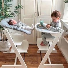 Highchair by Scandinavian designer Peter Opsvik. A comfortable and ergonomic chair that grows with your child, from newborn baby to adult. Baby Necessities, Baby Essentials, Baby Bassinet, Baby Cribs, Bebe Nature, Tripp Trapp Chair, Bebe Love, Baby Gadgets, Foto Baby