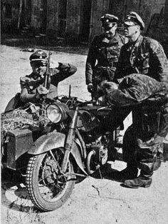 SS Debout à droite: Kurt Meyer. Dans le side car: Fritz Witt.