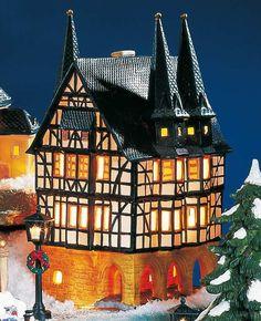 Keramik Lichthaus Rathaus Alsfeld - Das Rathaus in Alsfeld aus dem Jahre 1512 ist ein Juwel der Fachwerkbauweise. Würdevoll steht das imposante Keramikhaus auf seinen Arkaden und schmückt sich mit seinen Spitztürmen.