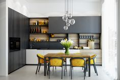 Flawless Minimalist Kitchen Design Ideas That Look More Awesome Minimalist design is now back to trend. One of them is the application of minimalist kitchen design. Many people are competing to create a minimalist . Stylish Kitchen, Modern Kitchen Design, Interior Design Kitchen, Best Kitchen Designs, Interior Modern, Modern Luxury, Kitchen Sets, New Kitchen, Kitchen Decor