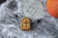 Nice decorated cookies for Halloween using stencils made by @dulcetarta