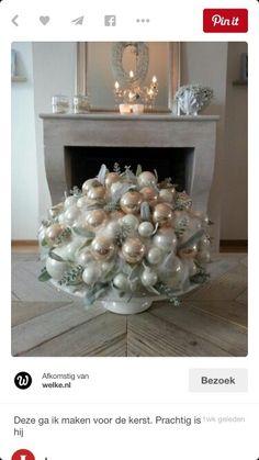 Bloemstuk van kerst ballen