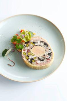 Ballotine de volaille / foie gras / pistache / légumes acidulés