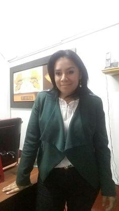 Saco verde ETC WOMAN, blusa blanca ALMENDRA COLLECTION y pantalon negro NIOBE.