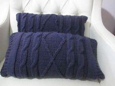 lindas almofadas na cor berinjela, com tramas elaboradas de tricô. <br>Já vem com enchimento. <br>Tamanho 50x28