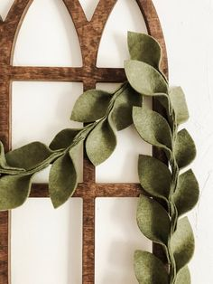 Magnolia Leaf Felt Garland - no instructions (this is for sale) but looks like something that could be a good DIY project Wine Bottle Crafts, Mason Jar Crafts, Mason Jar Diy, Felt Garland, Diy Garland, Felt Banner, Felt Wreath, Fabric Garland, Felt Fabric