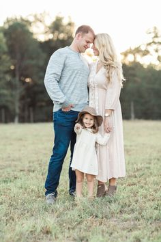 Blue & blush outfit for family photos at sunset in field Family Portrait Outfits, Family Portrait Poses, Family Picture Poses, Family Picture Outfits, Family Photo Sessions, Family Posing, Family Photo Shoots, Family Photoshoot Ideas, Mini Sessions