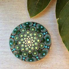 Dit is Lady Green bezaaid Mandala Stone ik met precisie en vreugde (en acrylverf en zeer kleine borstels natuurlijk maakte). Ik heb zeer veel maken het en gelukkig om hem daar voor u om te vallen in liefde met haar ook genoten. De steen zelf ik kreeg van de Kirikos eiland, Griekenland en