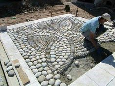 DIY Spiral Rock Pebble Mosaic Path I Wish to Have - Über Dekoration A pebble mosaic will give your yard, garden, or walkway a unique and unexpected focal point. More detail here This Pebble mosaic garden path looks amazing. Mosaic Rocks, Pebble Mosaic, Stone Mosaic, Rock Mosaic, Mosaic Art, Outdoor Projects, Garden Projects, Patio Plus, Garden Paths