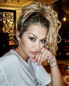 10 Prominente inspirierte helle Sommer-Make-up-Looks Sommer Make-up Looks, Sommer Make Up, Rita Ora Tattoo, Rita Ora Instagram, Celebrity Weddings, Celebrity Style, Formal Makeup, Natural Makeup Looks, Inspirational Celebrities