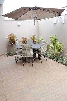 jardim com ombrelone: Jardins rústicos por Paula Ferro Arquitetura