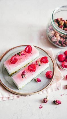 Cheesecake barres à la rose, pistaches et framboises
