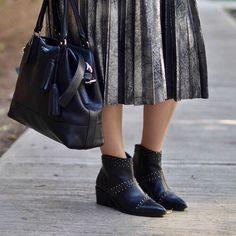 Algunos detalles del ultimo look en el blog  ¡Te espero! Bonito viernes ya me puse las botitas para salir a rockear  #bloggermexicana #bloggerargentina #stradivarius #zara #blogtrends #bloguerasmexicanas #fashion #moda #style #silver #metal #plisada #falda #midi #mexicoblog #blogmexico #blogously #wordpress #estilo #ootd #sotd #instashoes #shoes #boots #botines #botitas #botas #black #likeforlike #like4like