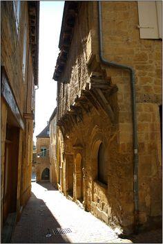 GOURDON - (Lot) #gourdon #ruedumajou #citemedievale Plan Hotel, Travel Around The World, Around The Worlds, Dordogne, Picture Postcards, Aquitaine, France Travel, Travel Pictures, Old World