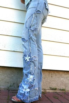 Flowers Denim vines- Would be cute on a skirt too. The post Flowers Denim vines- Would be cute on a skirt too. appeared first on Best Jeans. Diy Jeans, Recycle Jeans, Jeans Refashion, Diy Lace On Jeans, Women's Jeans, Denim And Lace, Denim On Denim Style, Denim Fashion, Boho Fashion