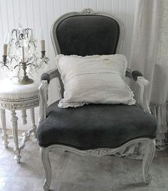 ZsaZsa Bellagio: Shabby, Rustic, French Country Wonderful want the chair Shabby Chic Furniture, Shabby Chic Decor, Casa Magnolia, French Chairs, Chair Makeover, Take A Seat, French Decor, Soft Furnishings, Interior Design