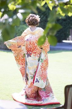 打掛『重陽菊花文』、掛下『光雅若緑』上品な光沢の緞子地に、咲き誇る重陽菊を大胆に配しました。重陽菊に金駒刺繍をほどこした格調高い打掛。