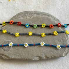 Beaded Daisies on a String Tutorial Free Beading Tutorials, Jewelry Making Tutorials, Beaded Jewelry Patterns, Beading Patterns, Bracelet Crafts, Beaded Bracelets, Bracelet Tutorial, Beaded Flowers, Bead Weaving
