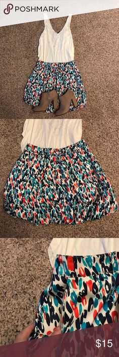 Bold Forever 21 Skirt (with pockets!!) Super cute and flirty! Can be paired with a plain top with a fun statement necklace for a quick, fun look! And you can't beat a skirt with functional pockets! Size says large but fits more like a medium. Forever 21 Skirts Midi