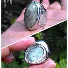 Natural Giok Nefhrite Jade Aceh Dimensi Batu : 30 x 17 x 11 Milimeter Diameter Ring : 7 Jenis Ring : Perak Ukir Bali  Harga diatas adalah harga nett. Ongkir Ditanggung Pembeli. ( Anda akan Mendapatkan apa yang anda lihat di dalam foto )  Spesimen Batu Giok Aceh Bergenre Unik, Karena sebagian diantara mereka saling berbeda corak namun berasal dari satu DNA yaitu Nefhrite Jade. Cocok sebagai hadiah, berikan batu mulia khas Aceh ini untuk keluarga, teman dan orang yang dicintai.  Investasikan…