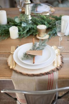 A beautiful farmhouse Christmas tablescape with rustic elements, mixed metals, and natural greenery. Perfect for a hosting a holiday dinner! Christmas Dinner Set, Rustic Christmas, Christmas Decor, Christmas Entertaining, Christmas 2016, Christmas Christmas, Holiday Decor, Christmas Table Settings, Christmas Tablescapes