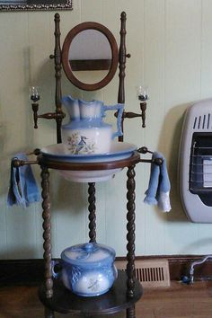 Antique Wash Basin Stand w/Blue Pitcher Large Photo oww need one of these Victorian Interiors, Victorian Furniture, Victorian Decor, Victorian Homes, Antique Furniture, Antique Wash Stand, Delft, Chinoiserie, Bowl Set