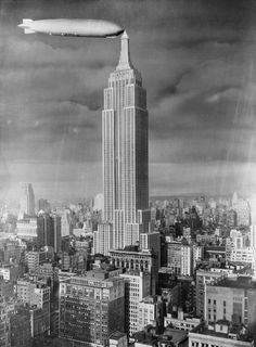 Vintage New York Photo of Zeppelin moored to the Empire State Building. Empire State Building, Old Pictures, Old Photos, Vintage Photos, Vintage New York, Zeppelin, Photo Deco, Dieselpunk, Vintage Photography