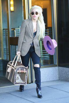 Esqueça os looks carnívoros, roupas fantasiosas e exageradas, Lady Gaga conseguiu transformar seu estilo, mas sem perder a essência jamais! Depois que sua carreira passou pra diva da música, com parceria com Tony Bennet e indicações a prêmios de cinema, a atriz tem sido vista com looks mais interessantes. Vez ou outra rola aquela v1d4louquice, […]