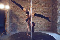 Les handstands (en français poiriers), sont indispensables à maîtriser lorsque l'on fait de la pole dance. Si vous êtes capable de tenir un handstand, alors vous avez déjà vaincu la peur naturelle que l'on a de mettre la tête en bas, ce qui est un très bon point! Mais c'est aussi un point de départ [&hellip