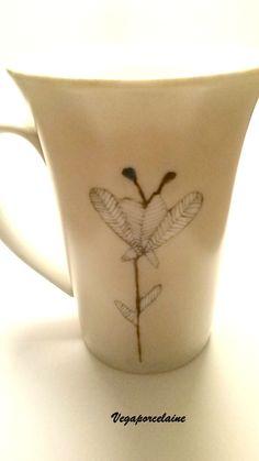 Mug 'Feuille' peint à la Plume Noire, porcelaine. Modèle unique fait main par Végaporcelaine