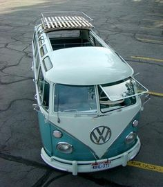 I recently kept dreaming of a fabolous Volkswagen : Bus/Vanagon Transporter to travel places. Me driving and friends on the back. Volkswagen Transporter, Volkswagen Bus, Vw T1, Vw Caravan, Bus Camper, Campers, My Dream Car, Dream Cars, Combi Split