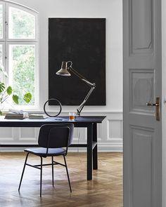 Det är många som jobbar hemifrån idag och visst kan det vara väldigt skönt att jobba hemifrån men ibland kan det vara svårt med självdisciplinen. I vår stories hittar du några tips som gör dig en mästare på att jobba hemifrån! Scandinavian Living, Office Desk, Interior, Tips, Furniture, Home Decor, Desk Office, Decoration Home, Desk