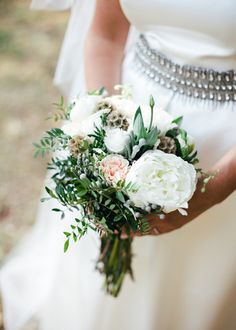 El ramo de la novia con peonias. Boda organizada por Detallerie. Bride's bouquet with peonies and greenery. Wedding by Detallerie.
