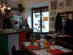 La Tratto-ria di Mama Licia è un locale storico, in via Mazzini a Torino dagli anni '50. Di qui sono passati, hanno mangiato agnolotti e bevuto barbera intellettuali e artisti, studenti e musicisti (il conservatorio è a due passi). E soprattutto nel dopo guerra, quando Torino era il centro culturale e produttivo dell'Italia in corsa e in ascesa dopo la crisi, era qui da Mama Licia che gente come Einaudi veniva a mangiare pranzo, a chiacchierare e a pensare.