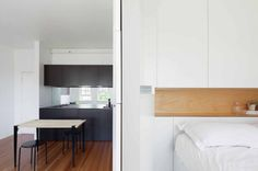 Minimalist Inner City Micro Apartment With Smart Functional Design Design Minimalista, Interior Minimalista, Small Apartment Design, Apartment Interior, White Apartment, Tiny Spaces, Tiny Studio Apartments, Modern Tiny House, Minimalist Apartment