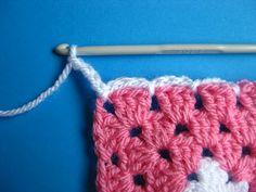 Adding a Chain Round to Granny squares...a tutorial by Bunny Mummy.  Have wondered how that look was achieved! ❥Teresa Restegui http://www.pinterest.com/teretegui/❥