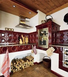 ...Wow Old Kitchen, Country Kitchen, Wood Stove Cooking, Old Stove, Simply Home, Vintage Stoves, Interior Architecture, Interior Design, Cottage Kitchens