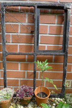 gusseisernes Fenster mit Drahtspinnennetz