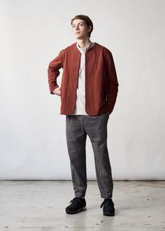 CURLY & Co. 2019-20秋冬コレクション Senior Boy Poses, Senior Portrait Poses, Senior Guys, Male Portraits, Senior Pictures, Cool Street Fashion, Look Fashion, Winter Fashion, Mens Fashion